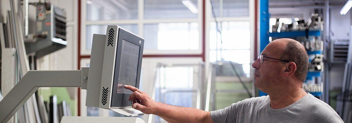 Bedienung einer Maschine Hellraum Fensterbau