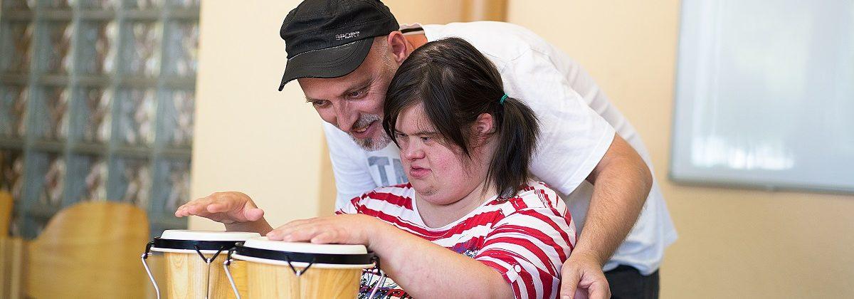 Behinderter Mensch spielt Trommel